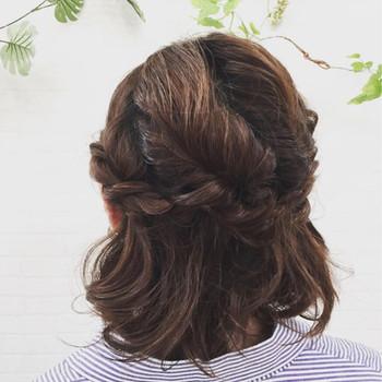 ねじる箇所を増やすとこんな風な立体的なハーフアップ風のアレンジにも挑戦出来ます。 こちらはトップの髪を4箇所に分けてねじって留めただけ♪