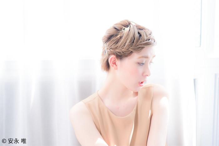 前髪を編み込めば、顔周りが華やかに! ナチュラルに仕上げたい方は太めに編んで少し引っ張り出して崩すとこなれ感のある雰囲気に。