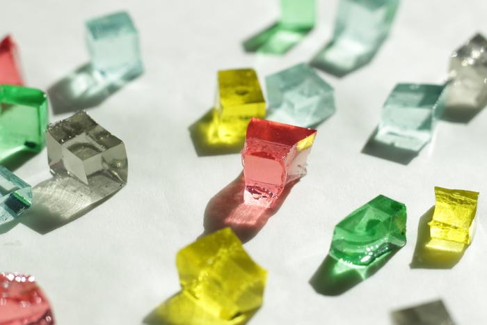 """宝石のような輝き。透明感あふれる涼やかな表情。こちらの写真に写るのは、実は「琥珀糖(こはくとう)」と呼ばれるお菓子なんです!""""食べられる宝石""""として今、インスタグラムなどSNSを中心に話題になっています。"""