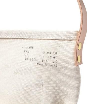 「佐藤防水店」のトートバッグはテント作りに裏付けされた丈夫な生地と、それを扱う高度な技術力によって作られた信頼のジャパンメイドです。頼りになる作りは毎日の相棒にぴったりの安心感。ベーシックな形と色味が長く付き合えそうな丈夫なバッグですね。