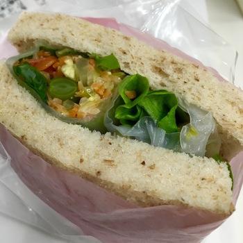 他にはない珍しい「生春巻きサラダサンド」。一口食べると口の中いっぱいにたくさんの味が広がって、なんだか楽しいサンドイッチです。