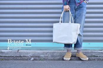 Bトートは「佐藤防水店」を代表するトートバッグの定番。どこまでもシンプルで無駄を省いたデザインが魅力です。サイズはS・M・Lの3種類。カラーバリエーション豊富なのも嬉しいポイント。