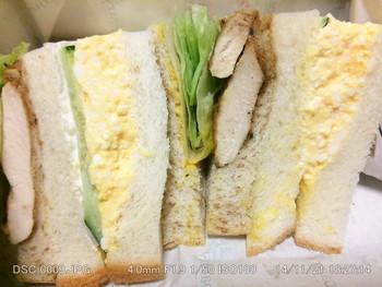 パンの種類とトーストの有無をチョイスできるのがうれしいポイント。ハーブが香り立つハーブチキンサンドが絶品です。手に持ちやすいベストサイズ。
