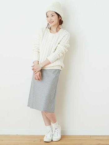 秋冬スタイルでも足元は軽やかに♪ ニットと合わせても可愛いですね。スプリングコートは、オールシーズン履けて重宝します。