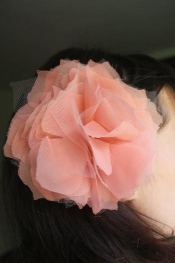 布で作る花って…、服やシュシュについてる『コサージュのことね!』と思われた方もいるかと思いますが、それも正解です♪ クラフト素材で作る花全般を、ファブリックフラワーといいます。大事にとっておいてある布の切れ端を、このタイミングでもう一度咲かせてみませんか?