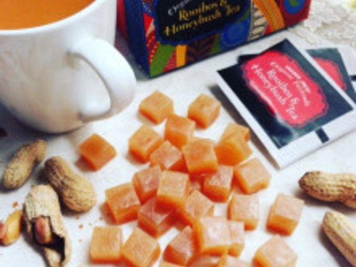【ピーナッツの琥珀糖】 ピーナッツパウダーを使って作るキャラメルのような見た目の琥珀糖のレシピです。