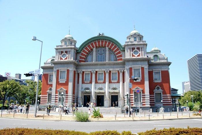 中之島、北浜のレトロな建造物をめぐるのも素敵な大阪の楽しみ方♪ベルギーの国立銀行をモデルにしたという「日本銀行大阪支店旧館」や、重厚な石造りの「大阪府立中之島図書館」など見所多数。写真は、赤いレンガの「大阪市中央公会堂」。