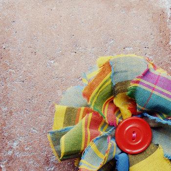 プレゼントがラッピングされていた包装用紙、少しだけ余ってしまった布。いつ使うかもわからないけど、何故か捨てることが出来ないモノは、捨てる必要はないけど何かに使ってあげなきゃかわいそう!ファブリックフラワーは、色や形、大きさのルールはまったくないので、自分だけの花が作れます。端っこから糸が出てても、それも個性。いろんな花で彩ってみてください。