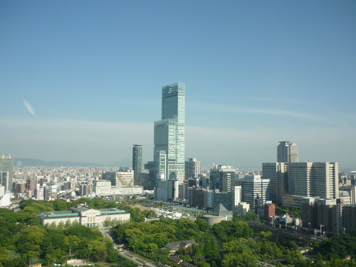 「晴れ晴れとさせる」という意味の古語「晴るかす」が由来の「あべのハルカス」。地上300m、日本一の高さを誇るビルで、その名の通り、はるか先を見渡すことができます。