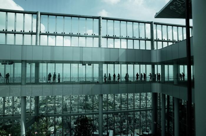 あべのハルカスの展望台「ハルカス300」は、60Fが天上回廊、58Fが天空庭園、59Fが吹き抜けの3層構造。晴れていれば、京都や六甲山、淡路島や関空なども見渡すことができるビュースポットです。