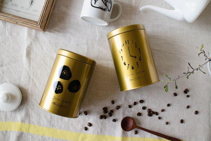 ゴールドのコーヒー缶のイラストは、少しヴィンテージな雰囲気を感じさせるデザインで素敵です。