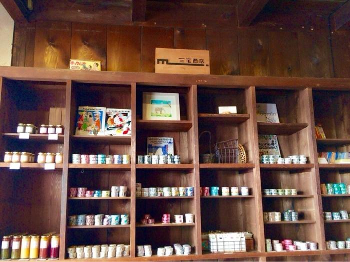 もともとは日用雑貨・荒物を販売していた三宅商店。喫茶スペースの他、オリジナル雑貨やマスキングテープなども販売しています。お土産にもぴったりですね。
