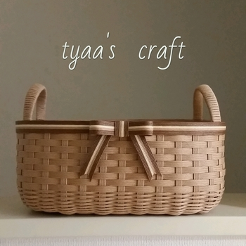 ナチュラルカラーで統一して、編み地で変化を付けたバスケットは、フルーツやお菓子などをまとめておくのに便利なサイズ。