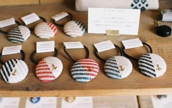 「こぎん刺し」という、300年以上前から青森県津軽地方に伝わる伝統工芸。それにオリジナル模様を融合させた「シロツメ舎」独自のモダンテイストの「こぎん刺し」や小物を販売しています。