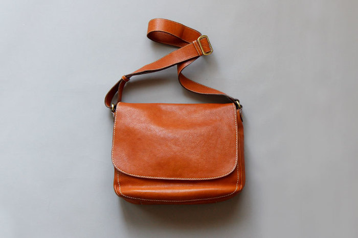 土屋鞄の代表作「トーンオイルヌメ ショルダー」です。10年以上のベストセラー。使い込むほど増す色つやなど革の魅力を楽しむためのバッグといえます。