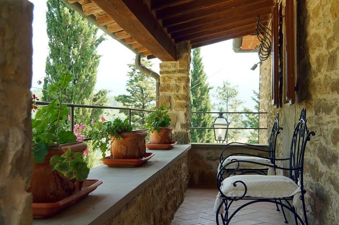 「ベランダ」「バルコニー」「ルーフバルコニー」ともに、室外にせり出したスペースのこと。その違いは、「ベランダ」は屋根がある(上階のバルコニーを兼ねる)という点。