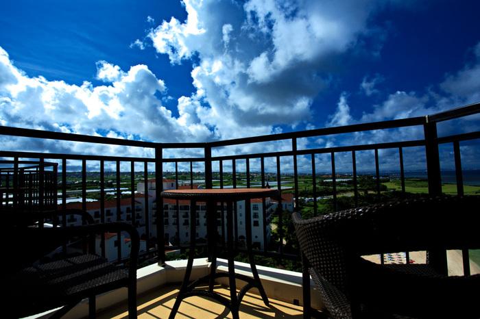 上層階にあるルーフバルコニーでは空がとっても近く見えて、開放感たっぷりです。