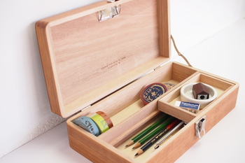 シンプルで、どんなインテリアにも合いそうな木の道具箱。マスキングテープの他に、よく使うステーショナリーを入れておくことができ、使い勝手も抜群です。
