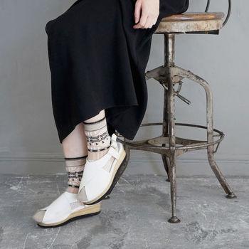 コーヒー染めしたオーガニックコットン糸を使用した靴下。優しいベージュ、透け感のあるナイロン糸、くっきりとした黒が織りなすデザインは、女性らしさとかっこ良さを感じます。シンプルなコーデも、主役級の存在感でコーデをセンスアップしてくれます。