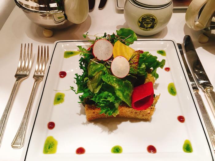 アーティスチックで目にも鮮やかな前菜のサラダ。