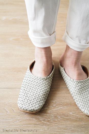 バブーシュタイプのゴートスキン(山羊革)スリッパです。外に履いて行けそうなしっかりとした造りと高級感。軽くて柔らかく、それでいて丈夫なので、普段使いに重宝します。