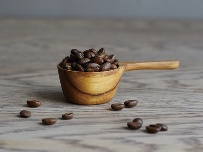 コーヒー豆の保存は2週間くらいで飲みきる量にして酸化を防ぎましょう。室温での保存がおすすめです。空気に触れる時間を短くするためにも、蓋の開閉は手早く行いたいもの。計量スプーンを用意しておいて、必要な量をさっと取り出しましょう。
