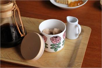 ゴム付きの木蓋なので密閉性が高くなります。湿気を嫌うコーヒー豆の保存に最適♪お砂糖を入れてそのまま食卓へ出してもオシャレですね。