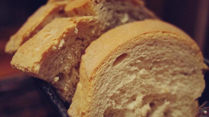 クラストは、パンの外側の焼き色がついた皮のことです。食パンでいう「耳」の部分です。英語で「甲羅」「地殻」の意味をもち、固い表皮を指すことが多いです。  クラムは、パンの内側の柔らかい部分。つまり、「クラストの内側がクラム」になるんですね。