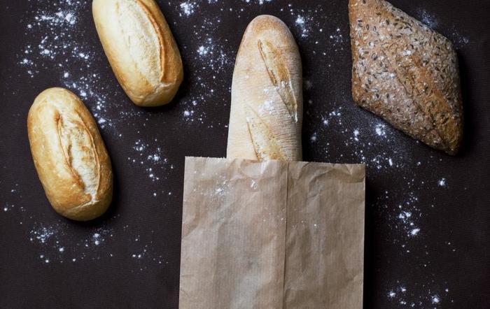「クッペ」はパンの名前です。フランスパンの種類の1つで、切れ目が1本だけ入ったパンのことを指します。形はフランスパンよりも丸みがあり、ラグビーボールに似ています。真ん中に長い切れ目が入っているのが特徴です。  「クープ」はパン生地の表面に入れる切れ目のこと。つまり、クッペは「真ん中に長いクープの入ったパン」ということですね。  クープを入れると火の通りが良くなるだけでなく、見た目も良くなります。フランスパンにはクープが入ったものが多いです。