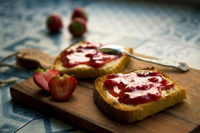 こちらは「スプレッド」。フィリングが詰めたり挟んだりするのに対し、スプレッドは「塗る」という意味の用語です。英語で広げる、薄く伸ばすという意味の「spread」が由来です。  パンでは、塗るもの全般を「スプレッド」と呼ぶのでバターやチーズ、ジャムやクリーム、パテなども当てはまります。