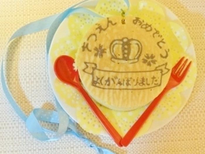 パンケーキアートでメッセージを書いて、特別な日に用意してみませんか?こちらはメダルに仕立てたもので、実際に首から下げることもできるとか。気持ちが伝わる優しいパンケーキですね。