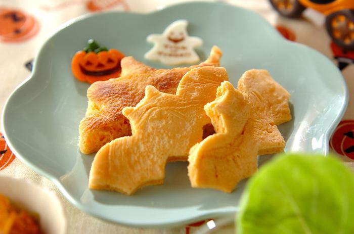 キャラメル風味のパンケーキを型抜きしています。型抜きもバリエーションが豊富なので、いろいろと揃えてみたくなりますね。