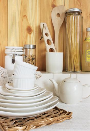 様々なシーンで活躍するシンプルでお洒落な食器類。あたたかみのあるナチュラルテイストの器は、北欧スタイルのお部屋の雰囲気にとてもマッチします。天然素材を使ったトレーも、その独特の風合いがとっても素敵です。
