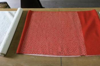 小紋柄は型紙に糊を置くことで染めます。体験では30cm×30cmの小裂(こぎれ)、または袱紗(ふくさ)を染めることができます。
