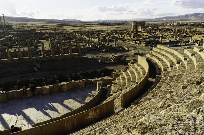 ローマの都市に欠かせない劇場。ティムガットに残るのは半円形劇場です。