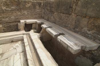 ハドリアヌスの浴場に併設されていたトイレ。当時は間を隔てる壁などなく、トイレも重要な社交場となっていたのには驚きです。