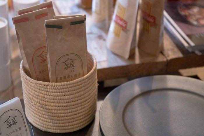 パッケージも可愛い「たつみ茶園」の茶葉は、煮出しほうじ茶と急須だし煎茶の2種類。2種類揃えてその日の気分で選ぶのも良いかも。