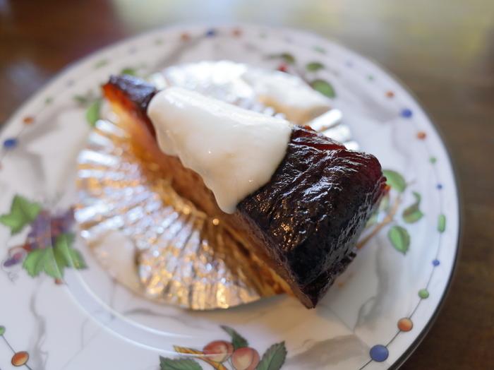 リンゴがぎっしりと詰まった「タルトタタン」は、見目も味も麗しい絶品スウィーツです。仏タルトタタン協会からも表彰を受けたこのタルトは、先代から孫へと受け継がれた秘伝のレシピによるものです。  とろりとした食感、リンゴ本来の甘味と香りが、ヨーグルトの爽やかな酸味と渾然一体となった美味しさは秀逸。手作りならではの素朴さもほっとする味わいと評判です。  紅茶や珈琲などのドリンクメニュー、名物の『タルトタタン』他に、濃厚な味わいが絶品のチョコレートケーキ『オペラ』、『クルミのタルト』の二種のケーキがあります。ケーキはテイクアウト可能です。