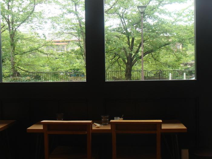 インテリアから食器に至るまで、隅々まで店主のセンスが行き届いた「メメントモリ」。岡崎の豊かな緑が望める店内は、清々しく、ゆったりと寛げる雰囲気。