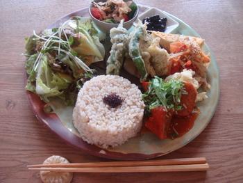 人気は、様々な料理が盛り込まれた『プレートランチ』。このランチを目指して訪れるファンも多いほどの人気ぶりです。  京都の旬の野菜、豆や芋、肉や卵等など、多品目の食材を調理した料理は、それぞれ異なる味わいで美味しいと評判。ご飯は玄米や五穀米で食べ応えもあり、ヘルシーでもお腹一杯になると人気です。 【画像は、京野菜の天ぷらやスペイン風オムレツ等が付いた、ある日の『プレートランチ』。】