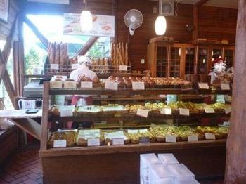 店内はパンが焼ける香りが満ち、幸せな気分になります。勿論どのパンもとても美味しいのですが、お土産となると日持ちが心配なところですよね。