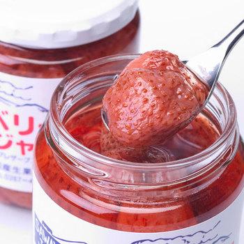イチゴの果肉がそのまんま、ごろっと入った濃厚なストロベリージャム。全て手作りで丁寧に作られています。お土産としても、もちろんご自宅用にも買って損はないオススメの一品ですよ!