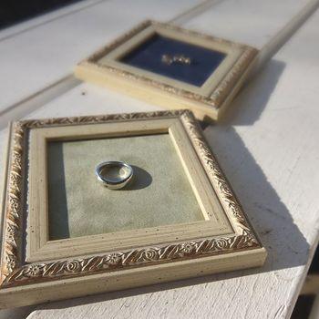 まるで額縁のようなアクセサリートレイは、プレゼントにもおすすめのひと品です。小さなピアスや指輪など美しく置きたくなりますね。