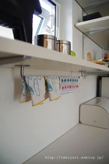 イケアのリーズナブルなポールを取り付けて、子どもたちのお手拭きをかけています。いつでもさっぱりと清潔を保つことができますね。