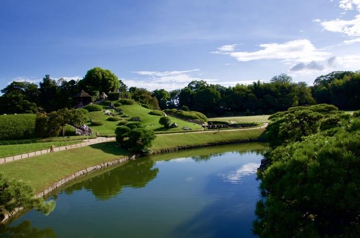 岡山後楽園は、お殿様のやすらぎの場。それは、現代も同じこと。広い園内には、土産物店や茶屋、食事処が点在しています。せっかくなら、城や庭園を眺めながら一休みしましょう。