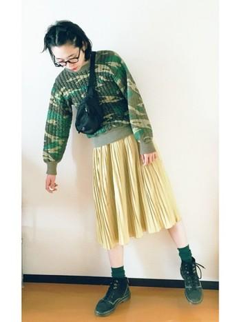 今年流行のひざ下丈のスカートの足元にも、ボリュームを持たせて。