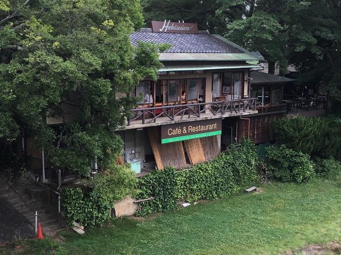 「碧水園」は、後楽園の南門を出て右手、月見橋のそばにあります。ここは、かつて後楽園と岡山城を繋ぐ渡瀬船の船着場だったところ。旭川に面したこの店では、城を望みながら、ゆったりと食事や飲み物が頂けます。