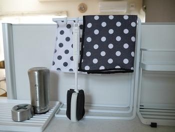 タワーふきんかけにはフックをつけて、コップ洗いも一緒に吊るして乾かしています。ちょっとしたアイデアでいつもきれいにしようというモチベーションもあがるものです。