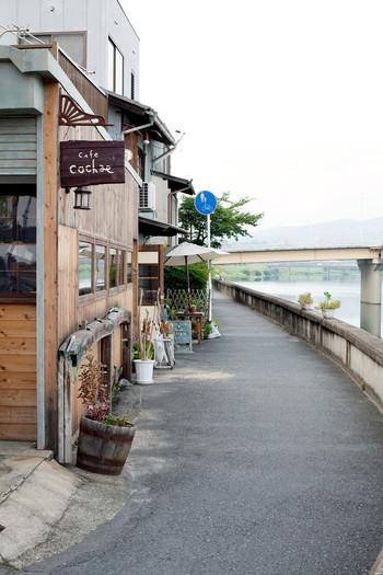 旭川に架かる「鶴見橋」の傍らにある「カフェモヤウ」は、古い倉庫を改装したカフェ。散策の途中でふらりと寄りたいお店です。
