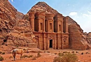 「ペトラ」とはギリシャ語で「岩」という意味。その名の通り多くの建造物が岩をくり抜いてつくられています。こちらは「エド・ディル」と呼ばれる修道院。ペトラ遺跡でもっとも大きな建物です。